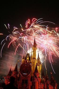 El castillo de la Cenicienta de noche con fuegos artificiales de fondo